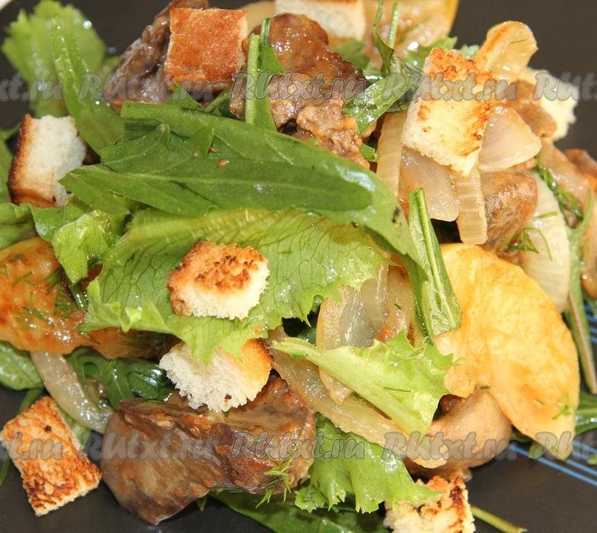 Теплый салат с куриной печенью и руколой