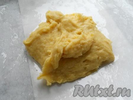 Противень застелить пергаментной бумагой и смазать сливочным маслом. Выложить тесто.