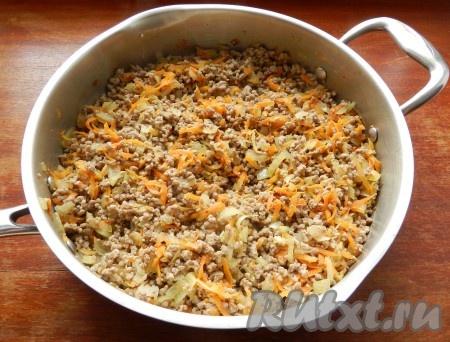 В сковороде разогреть растительное масло и обжарить сначала фарш до изменения цвета и выпаривания жидкости, затем добавить лук и морковь и обжарить все вместе примерно 8-10 минут.