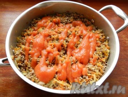 Влить томатный соус, перемешать и готовить еще примерно 5-7 минут.
