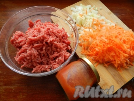 Из говядины приготовить фарш, лук мелко нарезать, морковь натереть не терке.