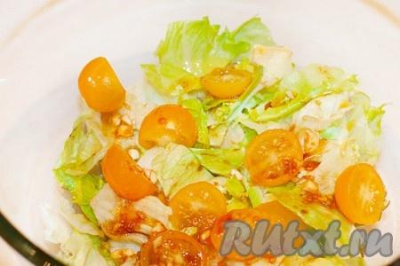 Вылейте часть соуса в салатник, перемешайте.