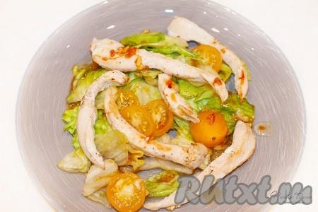 Фьюжн-салат с кунжутно-имбирным соусом украсит ваш будний обеденный стол сочными красками и необычным вкусом!