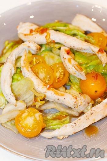 Куриное филе обжарьте на оливковом масле до подрумянивания. Пропитанные соусом листья салата и помидоры, выложите на блюдо, а сверху уложите кусочки курицы. Полейте оставшимся кунжутно-имбирным соусом курочку.