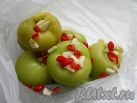 Сложить помидоры в целлофановый пакет. Добавить порезанные кусочками чеснок и перец чили.