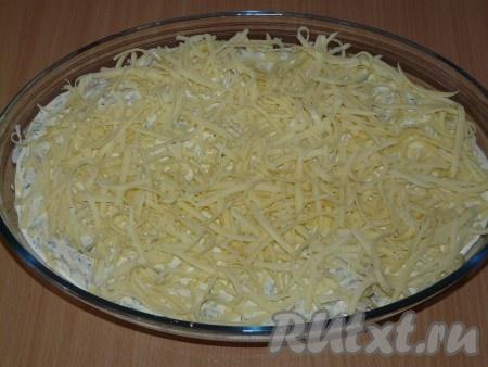 Сыр натереть на крупной тёрке и посыпать рыбу.