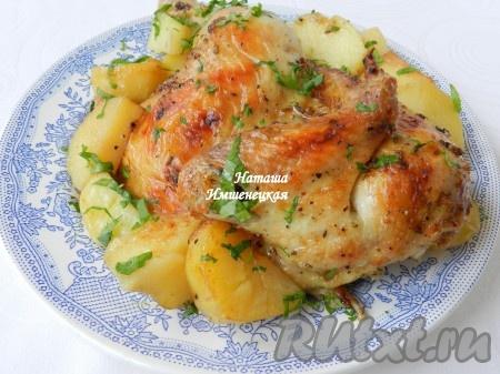 Вкусная и сочная курица с картофелем, запеченная в рукаве, готова.