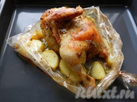 Духовку разогреть до 190 градусов и запекать курицу с картофелем в рукаве в течение 45-50 минут. Чтобы получить румяную корочку, за 10 минут до готовности нужно осторожно разрезать рукав для запекания.