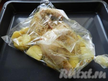 В рукав пакет) для запекания выложить картофель, сверху положить курицу и крепко завязать. По инструкции к рукаву для запекания, на нем надо было сделать проколы. Я так и поступила, проколов пакет зубочисткой в трех местах.