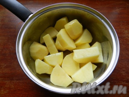 Картофель очистить, нарезать крупно, посолить, полить 1столовой ложкой оливкового масла и перемешать.