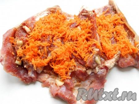 Достать мясо из холодильника, развернуть и выложить натертую на терке морковь.