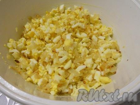 Для начинки зразов: отварные яйца порезать мелкими кубиками, добавить обжаренную до золотистости вторую луковицу, чуть посолить и перемешать.{amp}#xA;