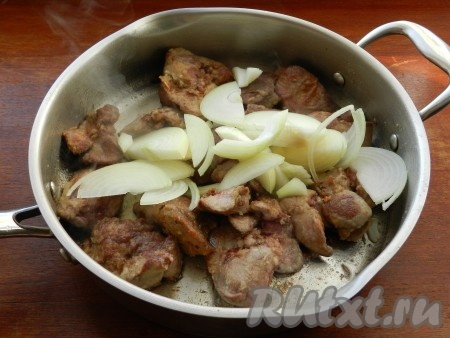 Нарезать лук тонкими полукольцами и добавить его в сковороду к печени.