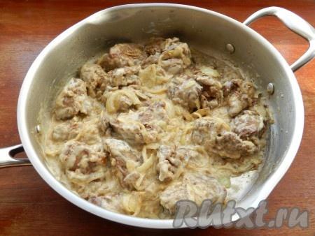 Добавить соль, перец, щепотку мускатного ореха, сметану. Перемешать и готовить на медленном огне под крышкой в течение 7-8 минут до готовности печени.