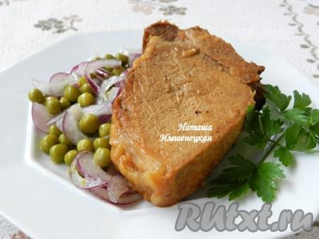 """Готовое мясо вынуть из духовки, дать ему немного """"отдохнуть"""", освободить от пакета для запекания, нарезать свиной антрекот на порционные куски и подавать с гарниром или салатом."""
