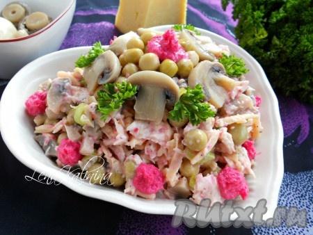 Аккуратно выложить в салатник, украсить по своему желанию. Необычайно вкусный салат с маринованными грибами, курицей и сыром можно подавать к столу!