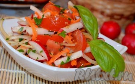 Посолить, поперчить и заправить маслом. Выложить в салатник и подавать вкусный, полезный, легкий овощной салат с редисом и морковкой.