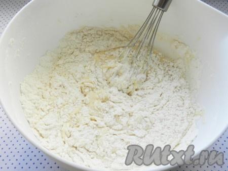В муку влить молочную смесь и замесить тесто.