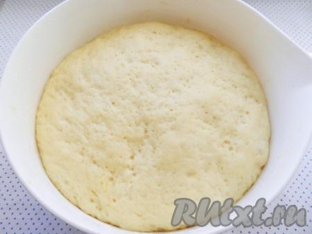 Через 1 час поднявшееся тесто обмять, снова накрыть и убрать в теплое место еще на 30 минут. Тесто должно снова увеличиться в объеме.