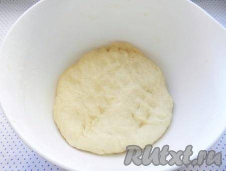 Тесто хорошо вымесить, чтобы оно было однородным, мягким, эластичным. Накрыть миску с тестом чистым полотенцем и убрать для подъема в теплое место.