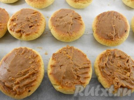 Когда печенье полностью остынет, смазать края и наполнить выемки вареным сгущенным молоком (можно любым кремом - по желанию).