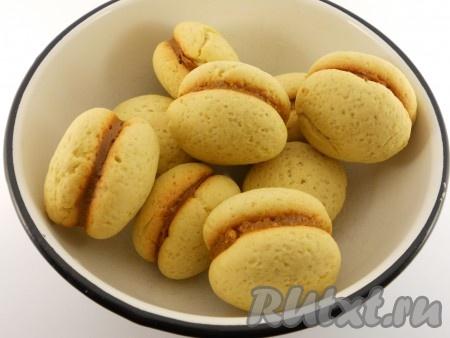 Соединить два печенья, чуть придавливая.