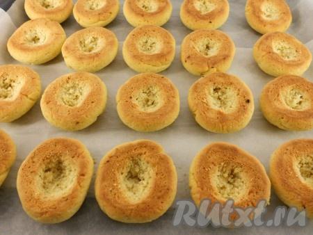 Печенью дать немного остыть и еще в теплом - сделать с нижней стороны выемки для начинки.