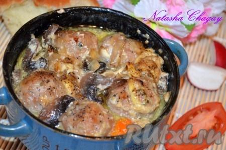 Накрыть крышечками и поставить горшочки с фрикадельками и овощами в духовку на 40 минут при температуре 180 градусов. За 10 минут до готовности можно открыть крышки, чтобы блюдо сверху подрумянилось. Фрикадельки и овощи, приготовленные в горшочках, получаются очень вкусными и сытными.