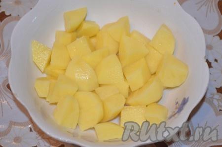 Картошку почистить и нарезать также.
