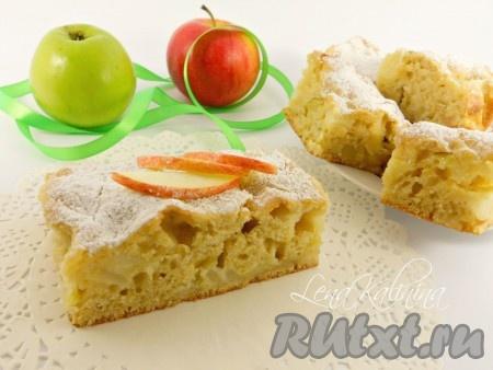 Готовый пирог оставить в форме до полного остывания, а затем убрать пергамент, посыпать сверху сахарной пудрой и порезать на кусочки. Замечательный, вкусный и простой ленивый пирог с яблоками готов!