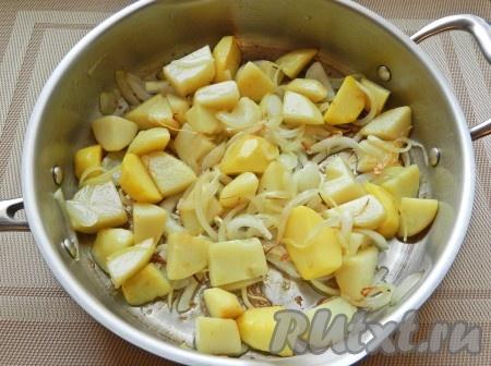 Картофель очистить и нарезать кубиками. Лук очистить и нарезать полукольцами. Обжарить картофель и одну луковицу до легкой корочки, немного посолить.