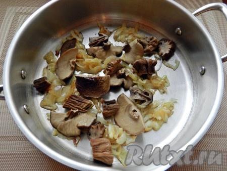 Обжарить вторую луковицу, нарезанную полукольцами. Грибы нарезать кусочками и обжарить вместе с луком.