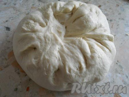 Готовое тесто выложить на стол, добавить немного муки и обмять его. Тесто получается очень нежное и мягкое.