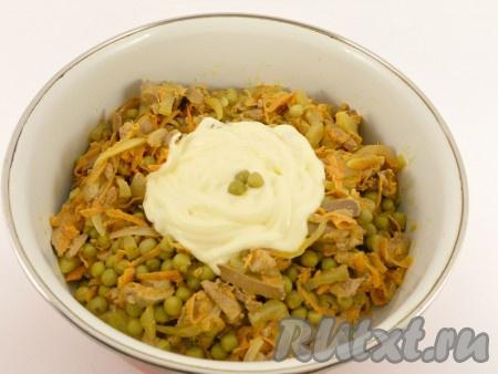 Добавить майонез и хорошо перемешать салат. Если нужно - посолить по вкусу, поперчить.