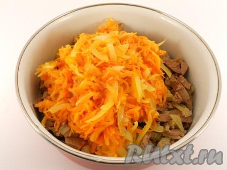Лук нарезать тонкими полукольцами, морковь натереть на крупной терке. Обжарить лук и морковь на растительном масле до мягкости. Дать остыть и добавить к печени и огурцам.