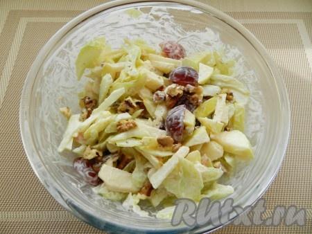 Заправить салат, перемешать,  дать настояться и подавать. Для подачи можно использовать зеленые салатные листья.