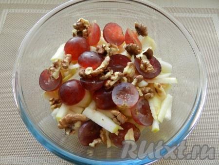 Орехи, предварительно обжаренные на сухой сковороде, крупно порубить и так же добавить в салат.