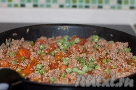 Добавить замороженный зеленый горошек. Посолить и поперчить по вкусу. Тимьян добавить к мясу с овощами, тушить на среднем огне 10 минут.
