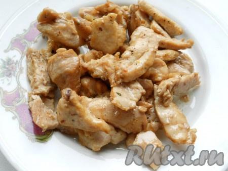 Куриное филе порезать длинными брусочками, посолить, посыпать специями и обжарить на растительном масле в течение 5 минут.