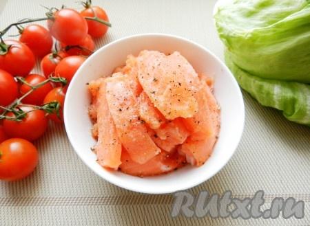 Филе лосося нарезать небольшими полосками, приправить солью и перцем, оставить на 15 минут.