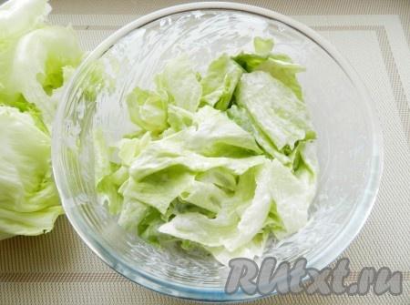 Смешать салат с соусом.