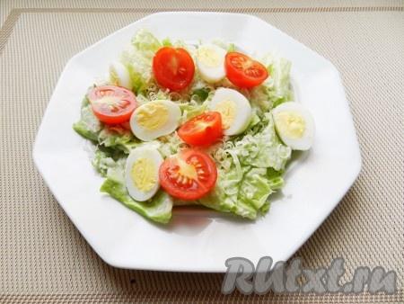 Яйца и помидоры разрезать на половинки, выложить на тарелки.