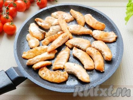 Затем обжарить кусочки филе лосося на растительном масле с обеих сторон до готовности.