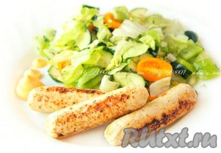 """Подавать сосиски можно отварными (варить 5-7 минут в """"оболочке"""") или приготовленными на пару с вашим любимыми соусами. Хорошо сочетаются куриные сосиски с белым соусом. А можно слегка обжарить уже отварные сосиски, как в этот раз сделала я."""