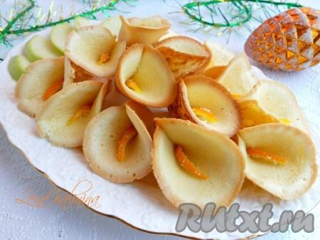 """В середину каждого печенья вставить апельсиновую полосочку. Выложить эти необыкновенно вкусные и красивые печенья """"Каллы"""" на блюдо и можно подавать к столу - радовать и удивлять родных и близких!"""