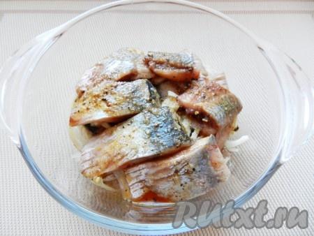 Филе сельди нарезать на порционные кусочки. В стеклянную емкость выложить селедку и лук, залить маринадом.