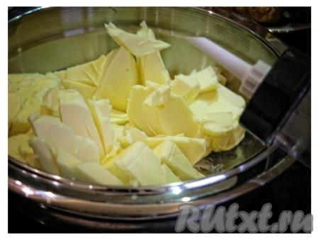 Берем 300 грамм сливочного масла. Режем его на мелкие квадраты и оставляем на 1,5 часа, чтобы масло подтаяло.