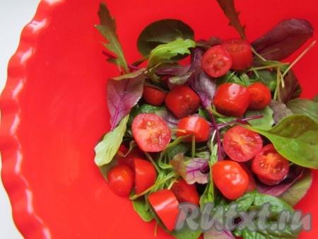 Листья шпината и мангольда промойте, просушите и положите в миску. Добавьте помидоры черри. Полейте лимонным соком и 1 чайной ложкой оливкового масла. Аккуратно перемешайте.