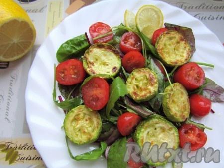Сверхусалата из свежего шпината, мангольда, помидоров черри положите обжаренные кружочки цукини и подавайте на стол. Приятного аппетита!