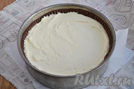 На тесто выложить творожную массу.
